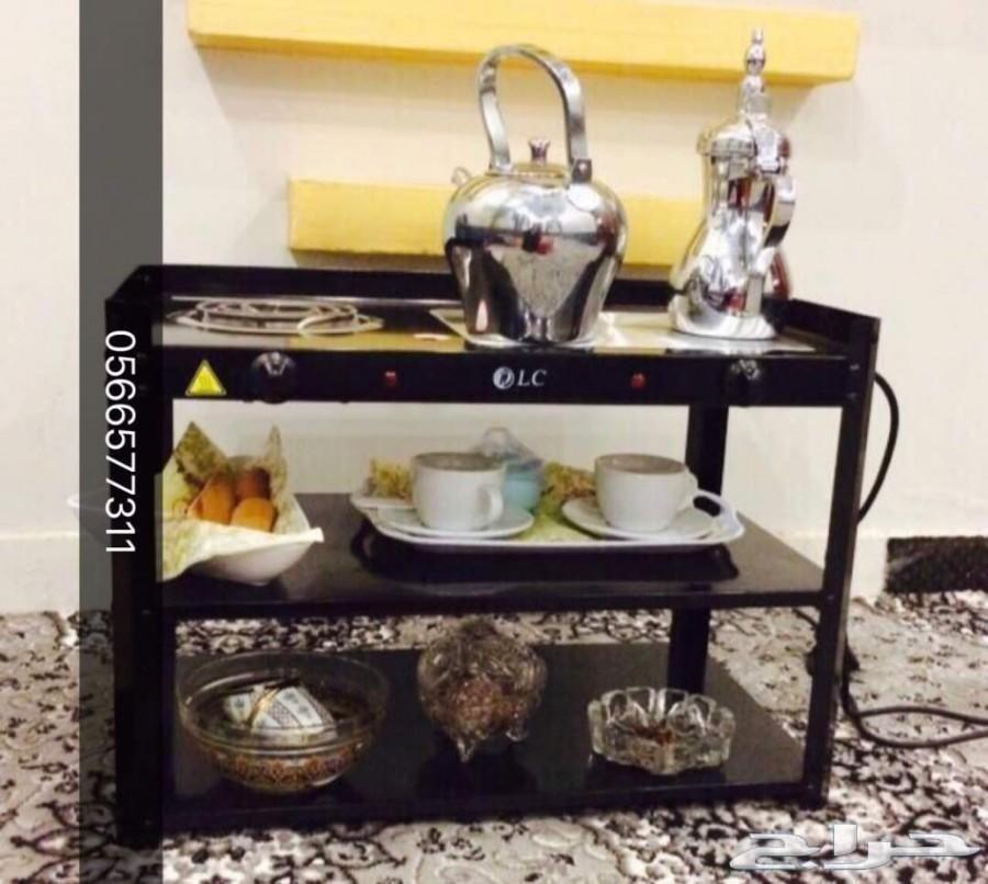 طاولة تسخين القهوة والشاهي بشكل مرتب
