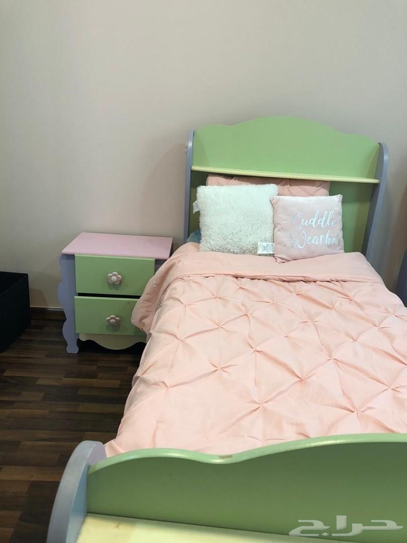 للبيع غرفة نوم بناتي سريرين ودولاب وتسريحه