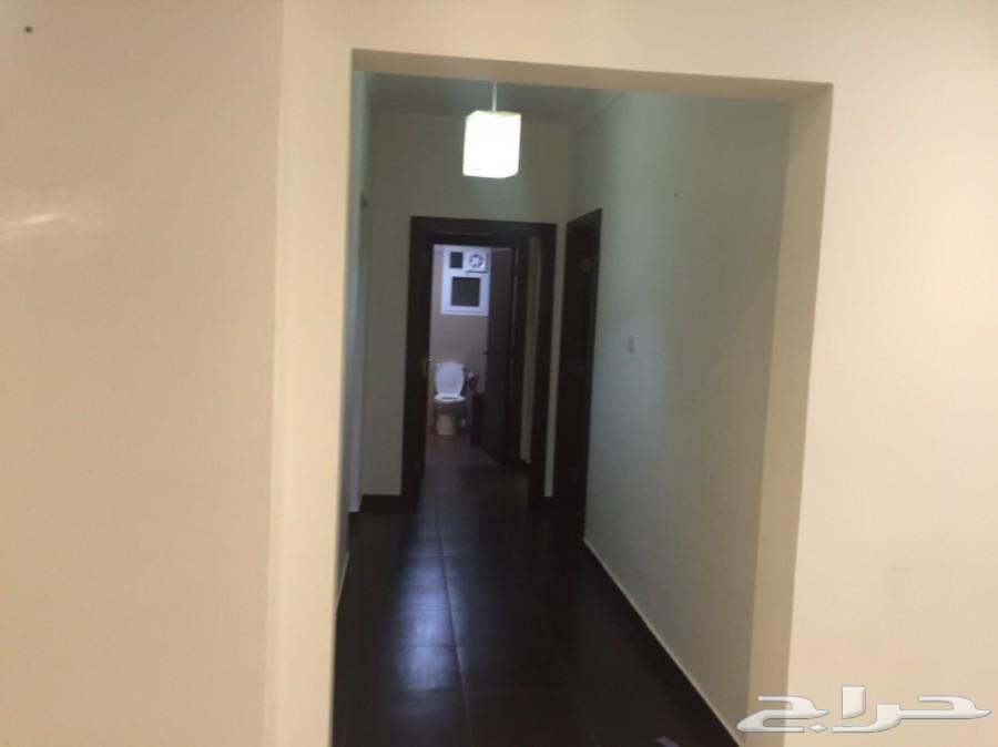 شقة 3 غرف وصالة وغرفة وصالة بالمكيفات والمطبخ