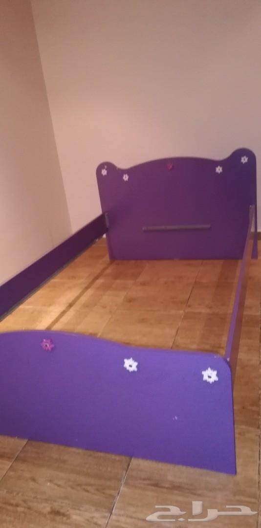 غرفة نوم مستخدمة مكونة من سريرين و دولاب