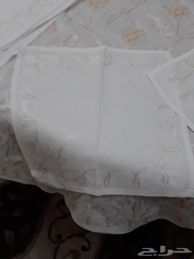طاولة اجتماعات مع عدد 7 كراسي   مع غطاء مفرش