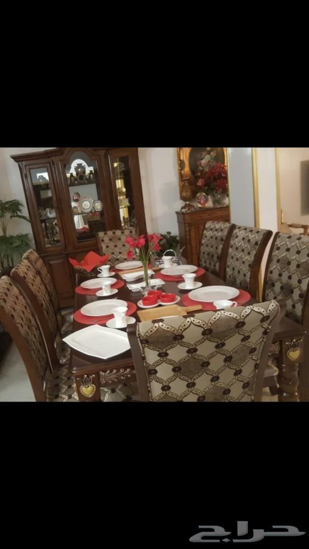كنب وطاولة طعام مع الكراسي