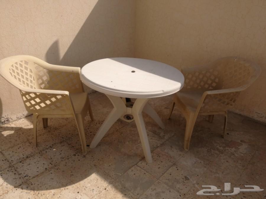 ثلاث كراسي  وطاولة ب 50 ريال