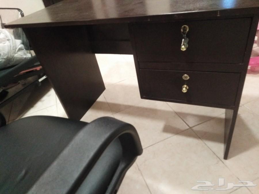 مكتب مع الكرسي