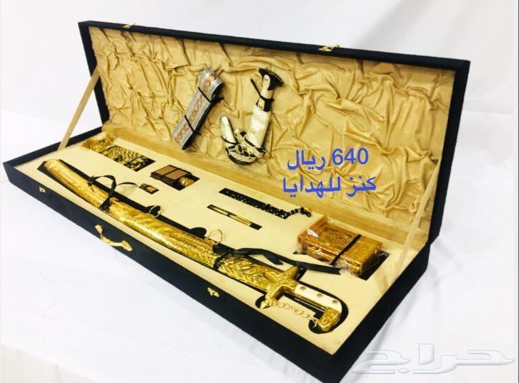 في علب هدايا تجمل سيف وجنبيه وبشت لكل المناسب